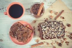 De uitstekende foto, de Zwarte koffie, de donkere cake voor Kerstmistijd met chocolade, de cacao en de pruim blokkeren Stock Fotografie