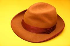 De uitstekende gele achtergrond van Autumn Mans Hat Royalty-vrije Stock Foto