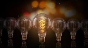 De uitstekende gloeilampen van Edison op donkere achtergrond stock fotografie