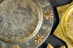 De uitstekende gouden en zilveren platen van kleurenkerstmis, decoratie Stock Foto's