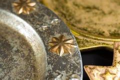 De uitstekende gouden en zilveren platen van kleurenkerstmis, decoratie Stock Foto