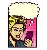 De uitstekende grappige vrouw van de boekstijl met smartphone het denken pop-artillustratie Stock Afbeelding