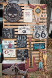 De uitstekende houten affiches van boardes oude tekens met motievenphras Stock Foto's