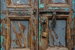 De uitstekende houten deur met hangslot, sluit omhoog stock foto