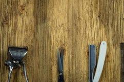 De uitstekende hulpmiddelen van de kapperswinkel op oude houten achtergrond royalty-vrije stock afbeeldingen