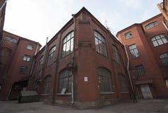 De uitstekende industriële rode baksteenbouw op de industriezone van de oude Europese stad Stock Afbeeldingen