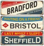 De uitstekende inzameling van metaaltekens met Britse steden Stock Afbeeldingen