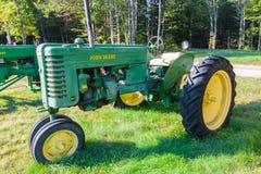 De uitstekende John Deere Model-Tractor van MT stock foto's