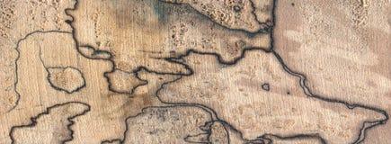 De uitstekende kaart overlappende overzichten spalted hout stock afbeelding