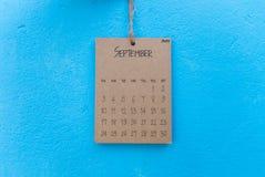 De uitstekende kalender met de hand gemaakte 2017 hangt op blauwe muur Royalty-vrije Stock Afbeeldingen