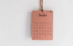 De uitstekende kalender met de hand gemaakte 2017 hangt op witte muur Royalty-vrije Stock Afbeeldingen