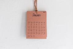 De uitstekende kalender met de hand gemaakte 2017 hangt op witte muur Royalty-vrije Stock Afbeelding