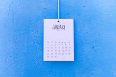 De uitstekende kalender met de hand gemaakte 2018 hangt op de muur Stock Foto