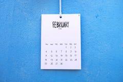 De uitstekende kalender met de hand gemaakte 2018 hangt op de muur Stock Foto's