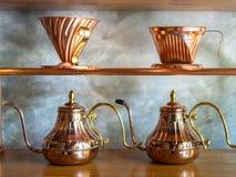 De uitstekende ketel van de de druppelkoffie van de koperhand met uitstekende dripper van de koperkoffie stock foto's