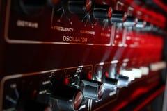 De de uitstekende knoppen en controles van de muzieksynthesizer in dramatische lightin royalty-vrije stock afbeelding