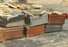 De uitstekende koffer, de boeken en de tijdschriften op de vlooienmarkt, bagagereiziger, stemden beeld stock afbeelding