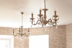 De uitstekende kroonluchter van het kristalglas met geleide lampen in woonkamer stock afbeeldingen