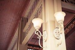 De uitstekende lamp hangt op de post Stock Fotografie