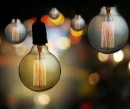 De uitstekende lamp of de Moderne gloeilamp hangt op plafond in bokeh backg Royalty-vrije Stock Foto