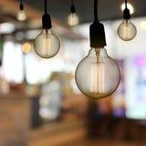 De uitstekende lamp of de Moderne gloeilamp hangt op plafond in restaur Stock Afbeelding