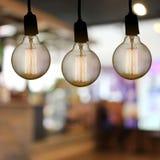 De uitstekende lamp of de Moderne gloeilamp hangt op plafond in restaur Stock Foto