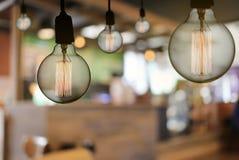 De uitstekende lamp of de Moderne gloeilamp hangt op plafond in restaur Royalty-vrije Stock Fotografie