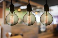 De uitstekende lamp of de Moderne gloeilamp hangt op plafond in restaur Royalty-vrije Stock Afbeelding