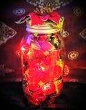 De uitstekende lamp van de metselaarkruik met Poinsettia Stock Foto's