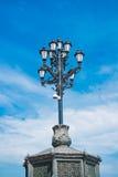 De uitstekende Lantaarn van de Straat op de Blauwe Achtergrond van de Hemel Royalty-vrije Stock Afbeeldingen