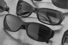 De uitstekende lenzen van de zonnebrilwinkel bij korting in zwart-witte wi Stock Foto's