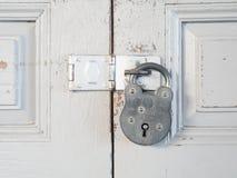 De uitstekende loper is slot op houten deur Stock Afbeeldingen