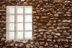 De uitstekende oppervlakte van de steenmuur met cement Muur van de close-up de oude steen Stock Fotografie