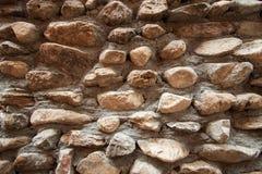 De uitstekende oppervlakte van de steenmuur met cement Muur van de close-up de oude steen Royalty-vrije Stock Afbeelding