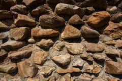 De uitstekende oppervlakte van de steenmuur met cement Muur van de close-up de oude steen Royalty-vrije Stock Afbeeldingen