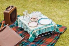De uitstekende opstelling van de stijlpicknick op gras royalty-vrije stock afbeeldingen