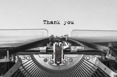 De uitstekende oude schrijfmachine op witte achtergrond met tekst dankt u Sluit omhoog Stock Afbeeldingen