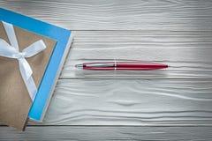 De uitstekende pen van blocnotes rode biro op houten raads horizontaal beeld stock foto's