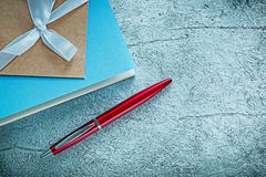 De uitstekende pen van blocnotesbiro op zilveren oppervlakte stock foto