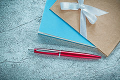 De uitstekende pen van de blocnotesballpoint op zilveren achtergrond royalty-vrije stock foto