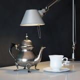 De uitstekende Pot van de Metaalkoffie met Kop en Lamp op de Koffietafel Royalty-vrije Stock Afbeelding