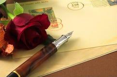 De uitstekende prentbriefkaar en rood nam 2 toe Royalty-vrije Stock Foto's