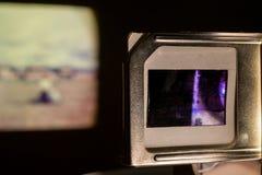 De uitstekende Projector die van Fotodia's Oude Foto'sdia's in Donkere Zaal tonen Royalty-vrije Stock Afbeeldingen