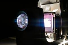 De uitstekende Projector die van Fotodia's Oude Foto'sdia's in Donkere Zaal tonen Royalty-vrije Stock Afbeelding