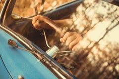de uitstekende retro blauwe kleur van autovolkswagen in Forest Leaves Brown Royalty-vrije Stock Afbeeldingen