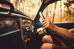 de uitstekende retro blauwe kleur van autovolkswagen in Forest Leaves Brown Stock Foto