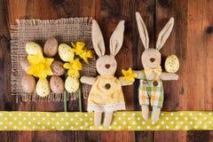 De uitstekende retro decoratie van Pasen met mooi grappig konijntje op donkere houten achtergrond Royalty-vrije Stock Foto's