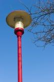 Oude lantaarnpaal bij parkeren van gasstation op weg Stock Fotografie