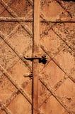 De uitstekende retro roestige achtergrond van de staaldeur stock afbeelding