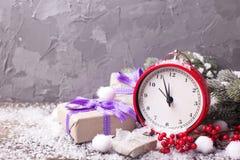 De uitstekende rode klok, doos met stelt voor, vertakt zich bontboom en Re Stock Foto